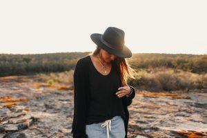 Femme en extérieur habillé d'un style bohémien