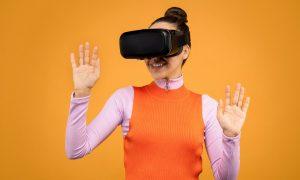 Femme testant appareil de réalité virtuelle